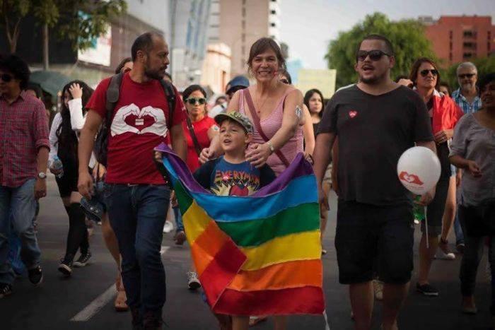 """Los padres de un alumno murciano acuden a la manifestación del Orgullo LGTBI tras olvidar el PIN parental y asumir que su hijo será convertido al """"homosexualismo"""" en la escuela"""