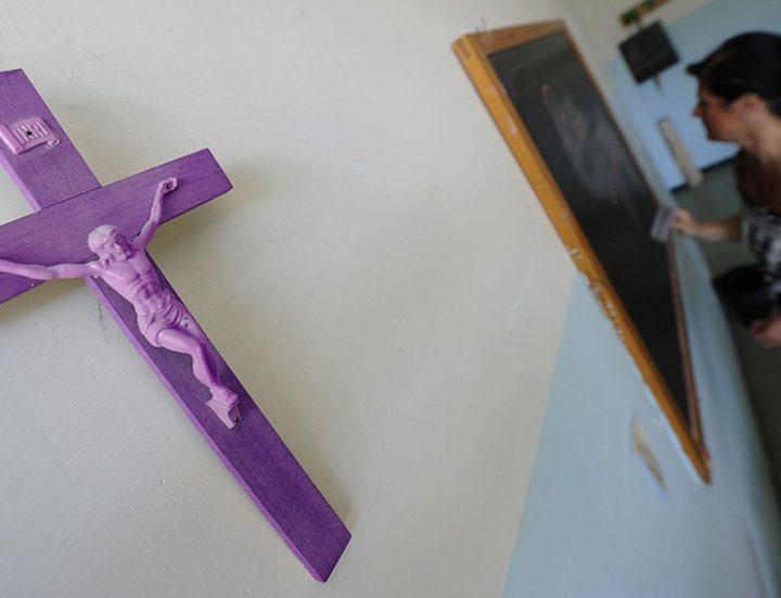 """Un colegio que segrega a los alumnos por sexo se declara """"100% feminista"""" tras pintar de morado los crucifijos de todas sus aulas"""